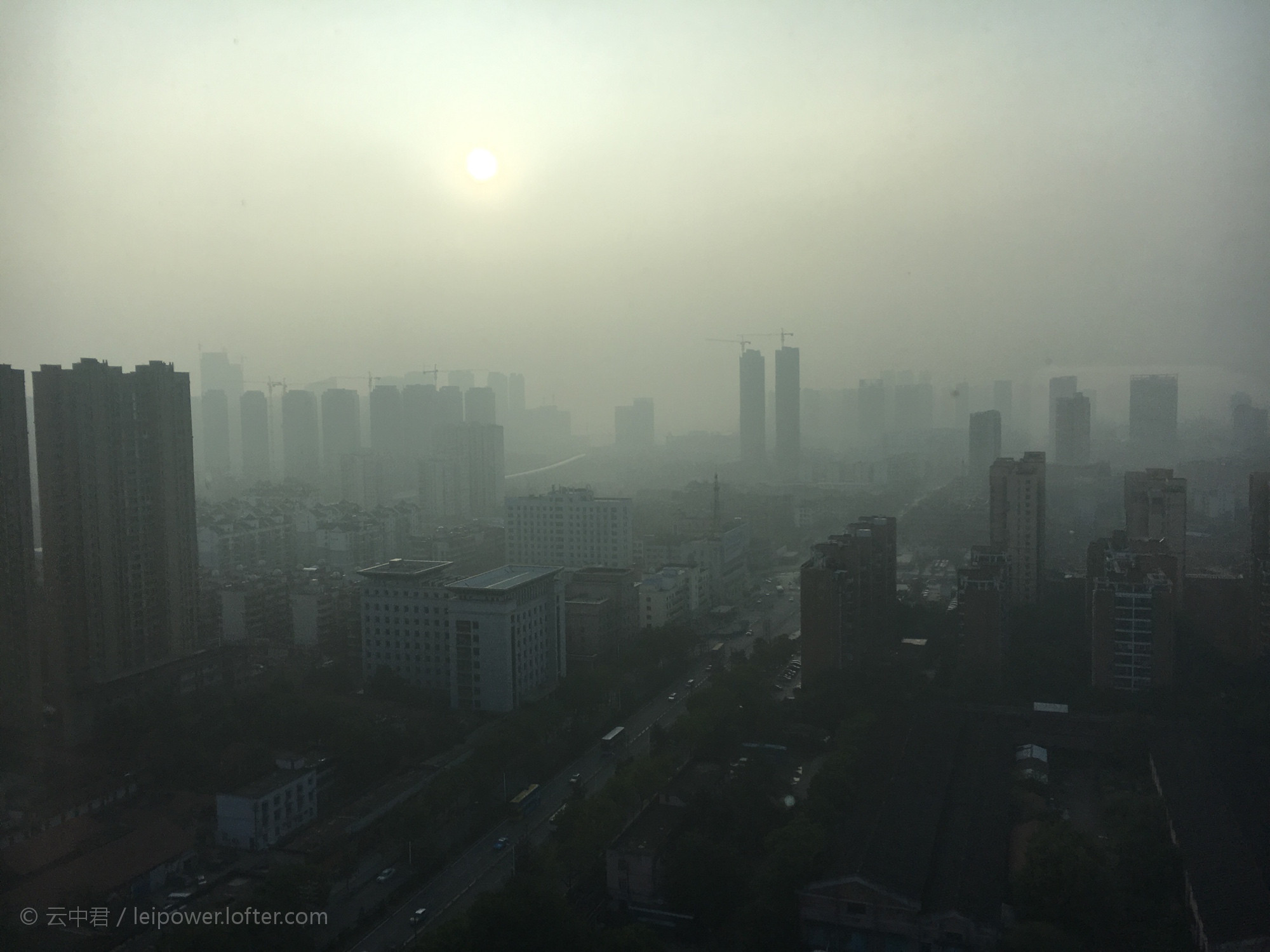 """Ozone is """"a primary constituent of urban smog"""". - Photo by 云中君 under CC BY 2.5"""