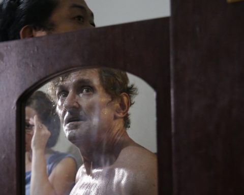 David Timothy Deakin during the raid of his apartment - Photo: Twitter/SCMP/AP